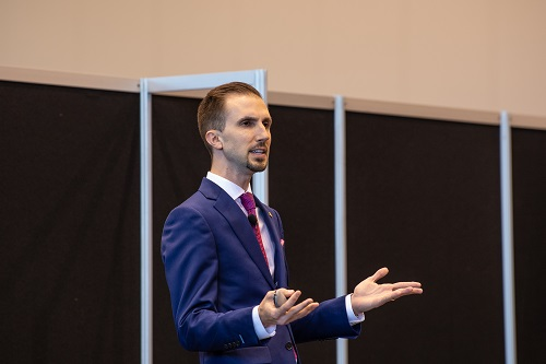 """AACD Participating Member Zachary Sisler, DDS presents his Member Pearl """"Preparation Guides: Are You Prepping Too Much or Not Enough?"""" at AACD 2018 in Chicago."""